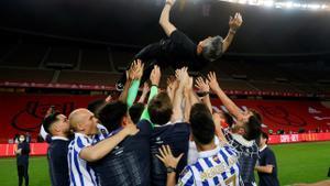 Alguacil, manteado por sus jugadores tras la final de Copa.
