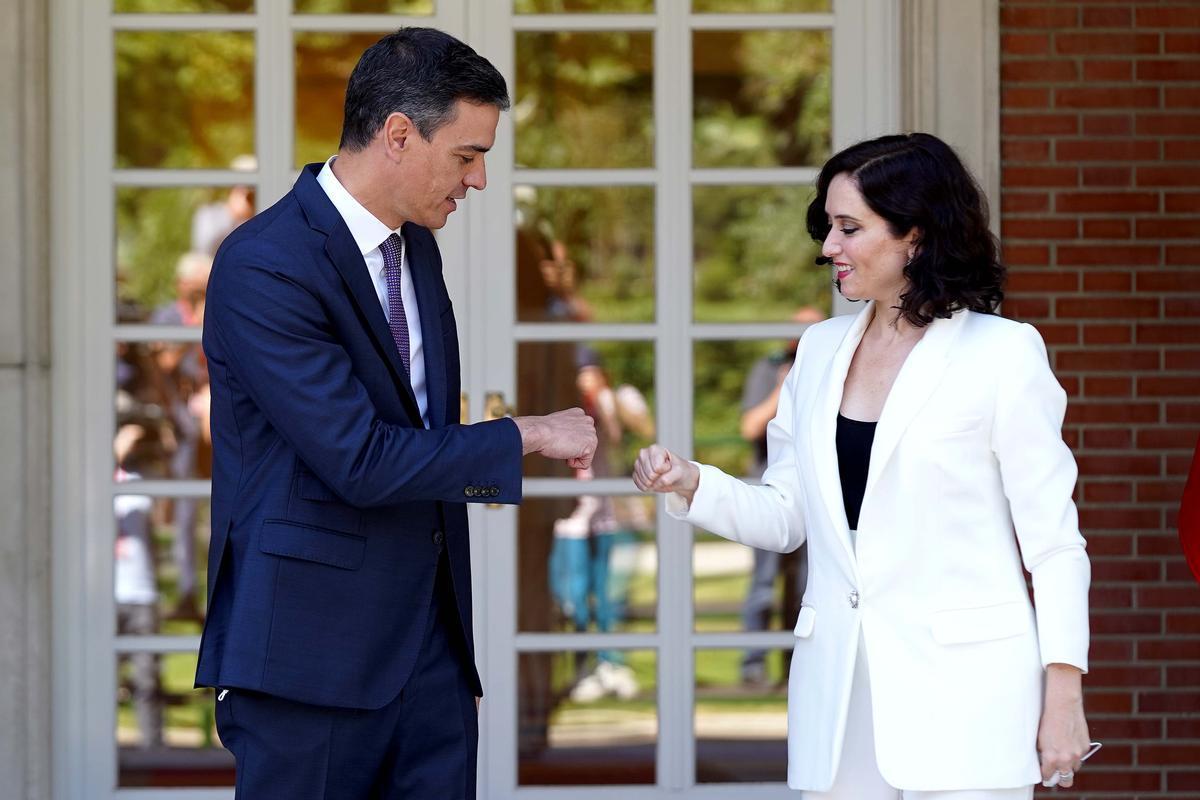 Sánchez da la bienvenida a Ayuso a La Moncloa este viernes tras ser juramentado como presidente de la Comunidad de Madrid