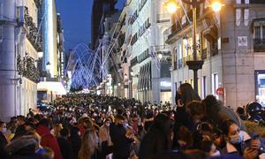 MADRID, 29/11/2020.- Vista general de la madrileña calle de Preciados desde la Puerta del Sol, este domingo por la tarde.- EFE/Víctor Lerena