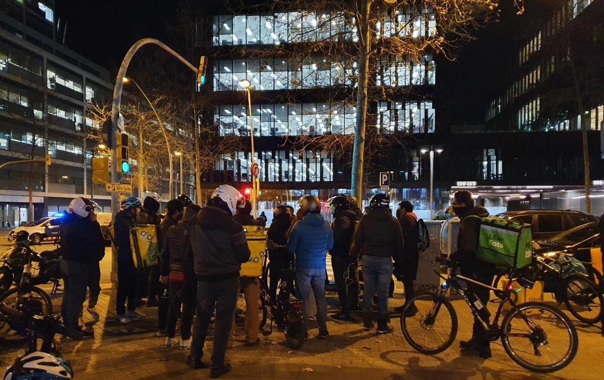 Protesta de 'riders' en hora punta en BCN para exigirle a Glovo mejores pagas