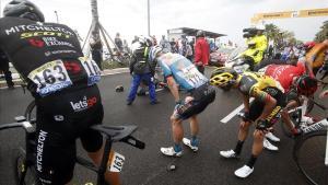Varios ciclistas, entre ellos Andre Greipel (Israel), se duelen tras caerse en Niza.