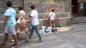 Un operario borra una pintada con la letra de 'Maricón', de Samantha Hudson, en la parroquia de Santa Teresa de l'infant Jesús de Barcelona
