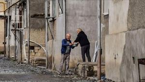 Vecinos de Stepanakert comparten comida tras los bombardeos.