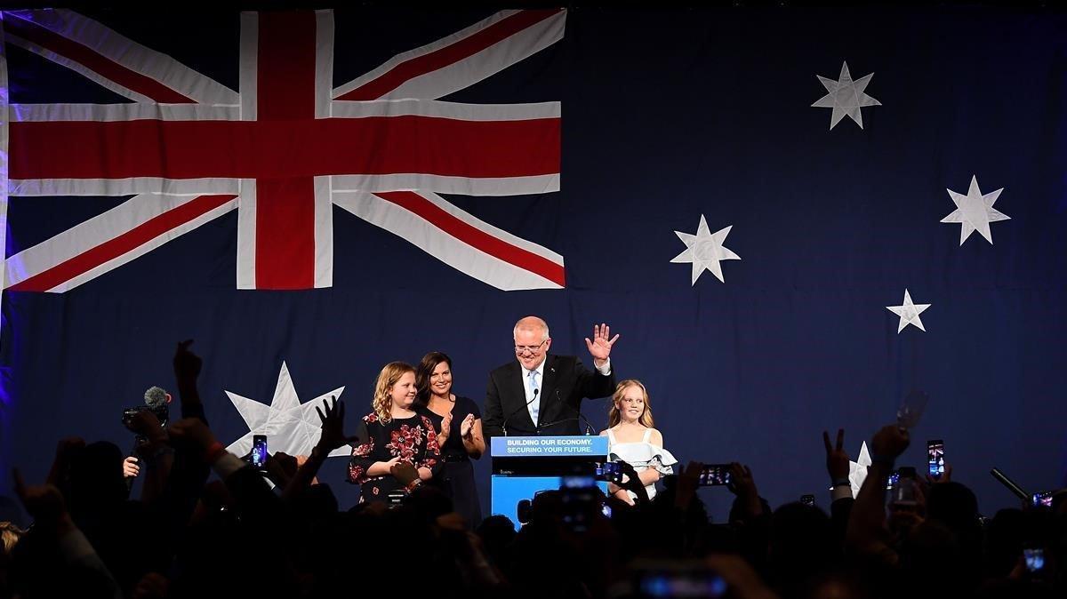 El primer ministro australiano Scott Morrison celebra su victoria en Melbourne con su mujer y sus dos hijas.