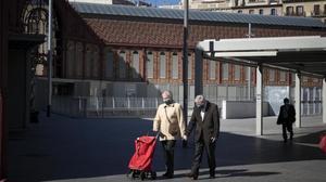 Una pareja frenteal mercado de Sant Antoni.