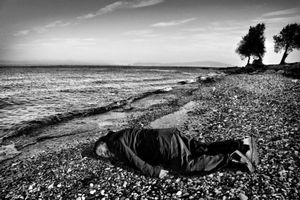 Ai Weiwei tumbado en una playa de Lesbos recreando la muerte del pequeño Aylán.