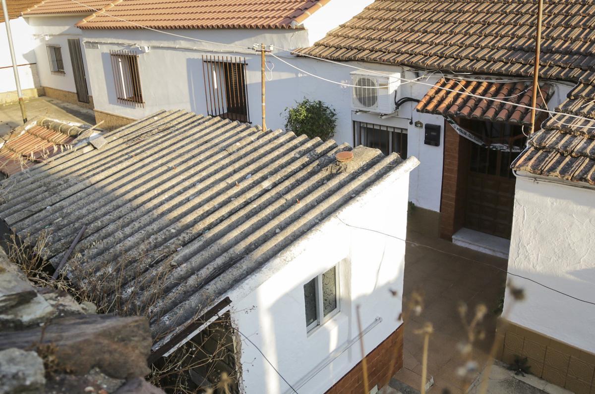Entrada de la vivienda situada en la localidad onubense de La Zarza, donde han sido encontrados los cuerpos sin vida de un hombre y una mujer.