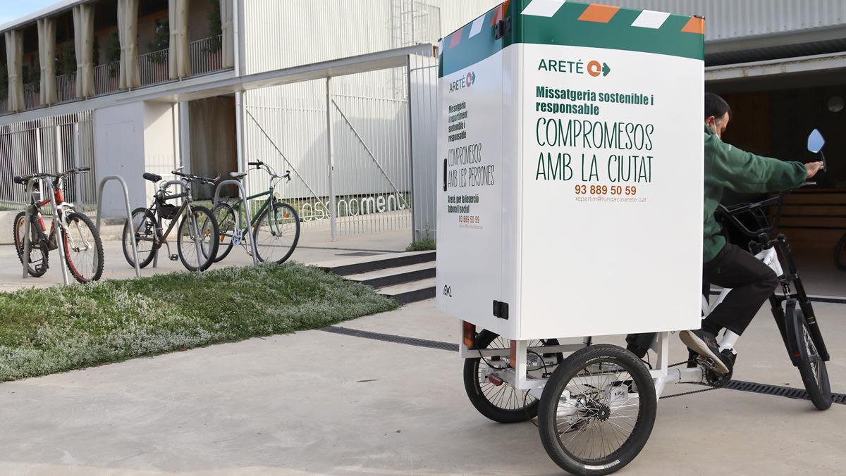 Un repartidor de Areté con el nuevo triciclo eléctrico, en Vic.