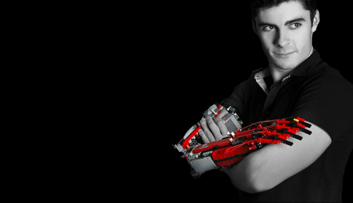 David Aguilar, el chico con el brazo de Lego.