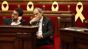 El vicepresidente de la Generalitat, Pere Aragonès (ERC), y el 'president', Quim Torra, en el Parlament.