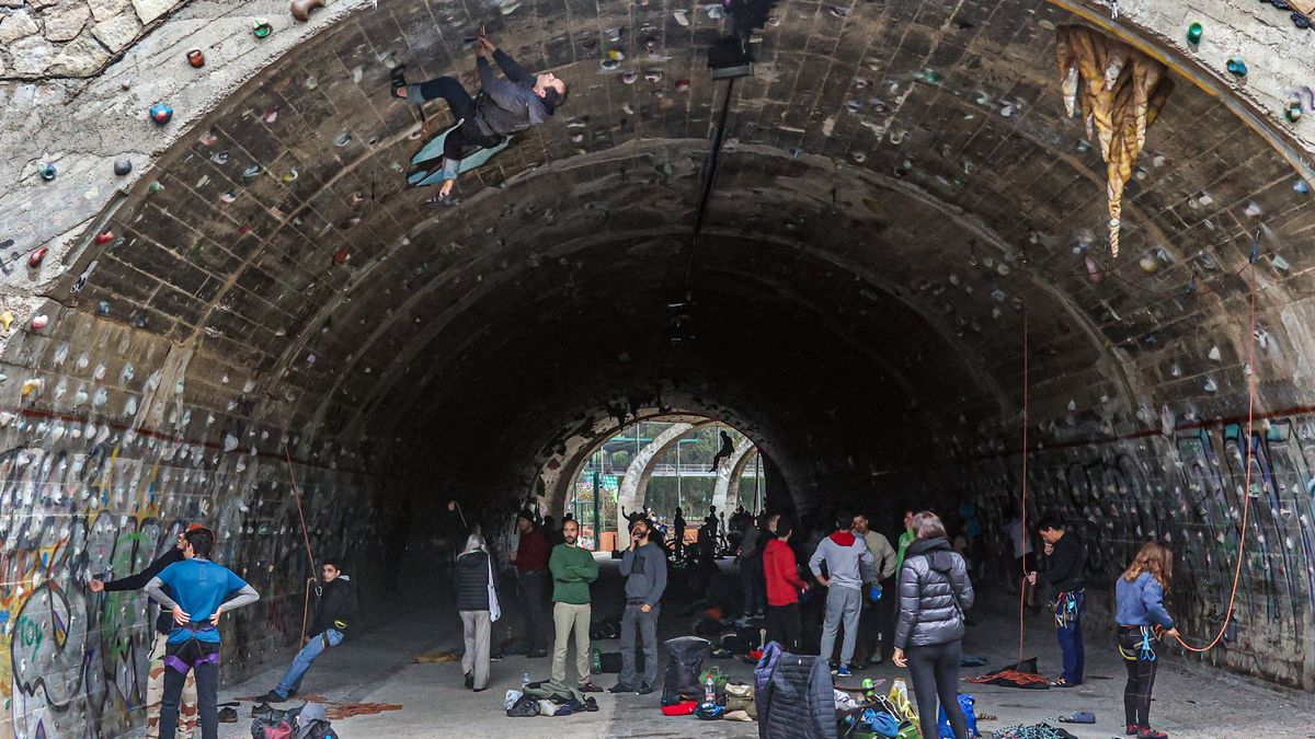 El concurrido túnel de La Foixarda, el pasado fin de semana. El que trepa por el techo es Manuel Sánchez Panera, conocido en el mundillo escalador como Manolo El Heavy. Cuelga las presas desde hace 25 años.