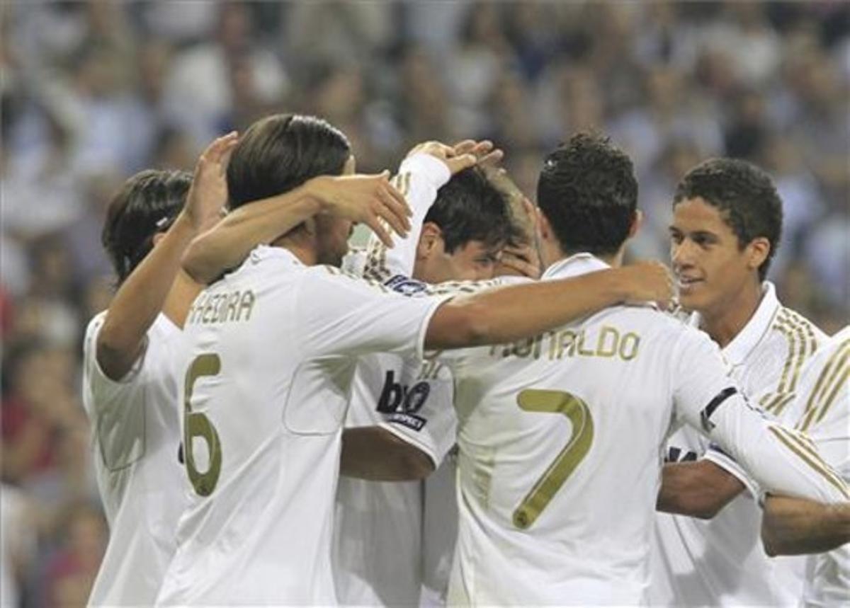 Los jugadores del Madrid se abrazan tras uno de los goles contra el Ajax.