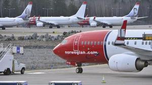 Aviones de Norwegian estacionados enpista.