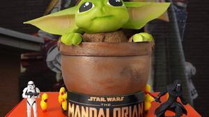 Escribà se suma a la campaña'Més mones que mai' con varias monas. En la imagen, su réplica de Baby Yoda, de la serie 'The Mandalorian'.