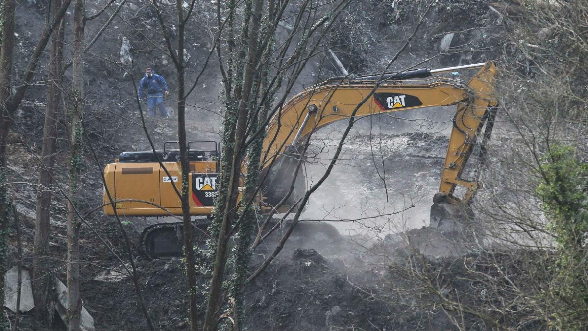 Tareas de extinción del incendio en el vertedero de Zaldibar.