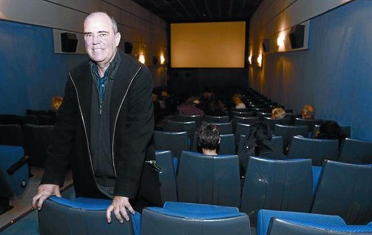 El alma de los Meliès 8 Carles Balagué en una de las dos salas de los cines, el día de su reinauguración.
