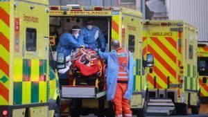 Personal sanitario atiende a un enfermo de covid en Londres.
