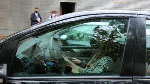 La mujer de Mainat abandona la casa familiar en coche, tras ser desalojada por la comitiva judicial.