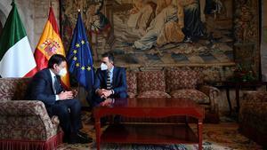PALMA DE MALLORCA, 25/11/2020.- El presidente del Gobierno, Pedro Sánchez (d), y su homólogo italiano, Giuseppe Conte, durante la XIX Cumbre bilateral de España e Italia celebrada este miércoles en el Palacio de la Almudaina en Palma de Mallorca. EFE/Moncloa/ Borja Puig de la Bellacasa SOLO USO EDITORIAL/SOLO DISPONIBLE PARA ILUSTRAR LA NOTICIA QUE ACOMPAÑA-