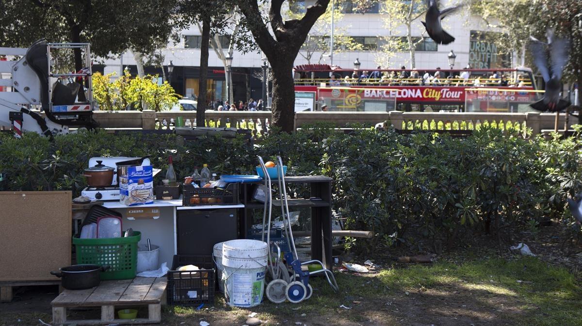 Unos 60 'sin techo' acampan desde hace un mes y medio en la plaza de Catalunya.