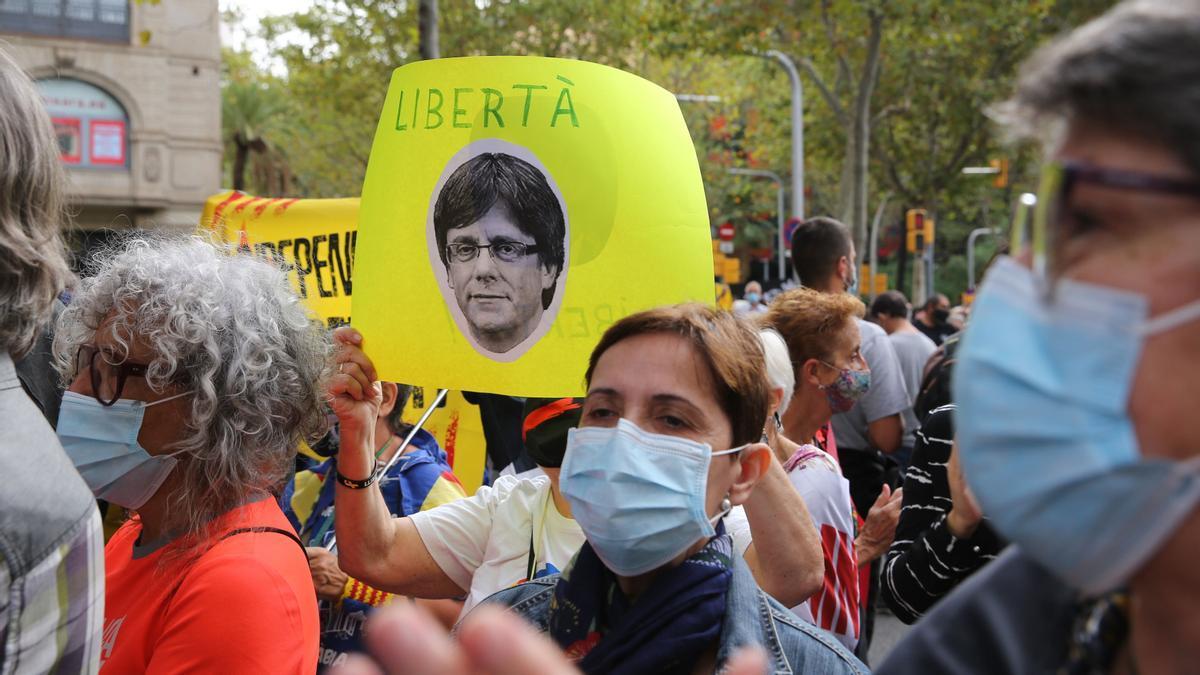 Un millar de personar se concentran cerca del consulado italiano para reclamar la libertad de Puigdemont.