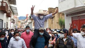 Pedro Castillo, alzado a hombros tras votar en la localidad de Cajamarca.