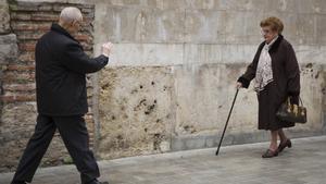 Imagen de archivo de dos personas jubiladas de paseo