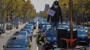 Marxa lenta de taxis al centre de Barcelona per demanar ajuts davant la Covid-19