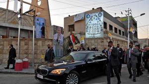 El Papa llega a la catedral de Nuestra Señora de la Salvación de Bagdad, este viernes.