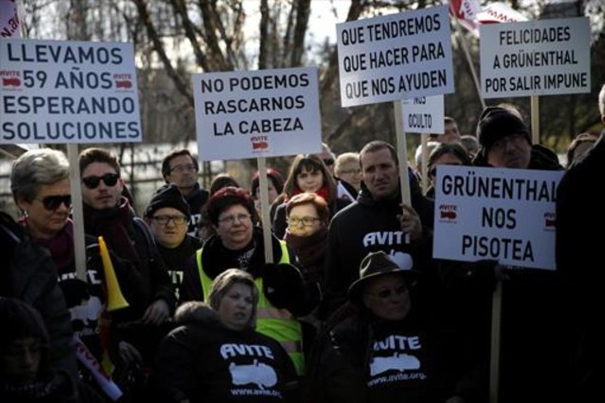 Víctimas de la talidomida reclaman una indemnizaciónen las inmediaciones del palacio de la Moncloa, en Madrid.