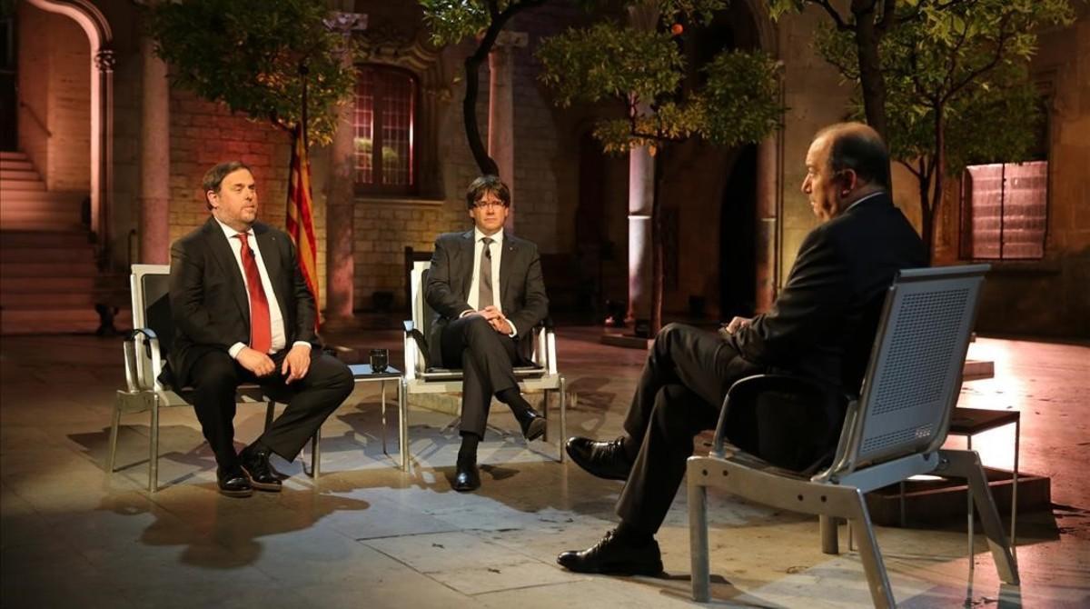 Carles Puigdemont y Oriol Junqueras, durante la entrevista en TV-3.