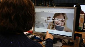 Una usuaria consulta el nuevo programa contra el ciberacoso infantil.