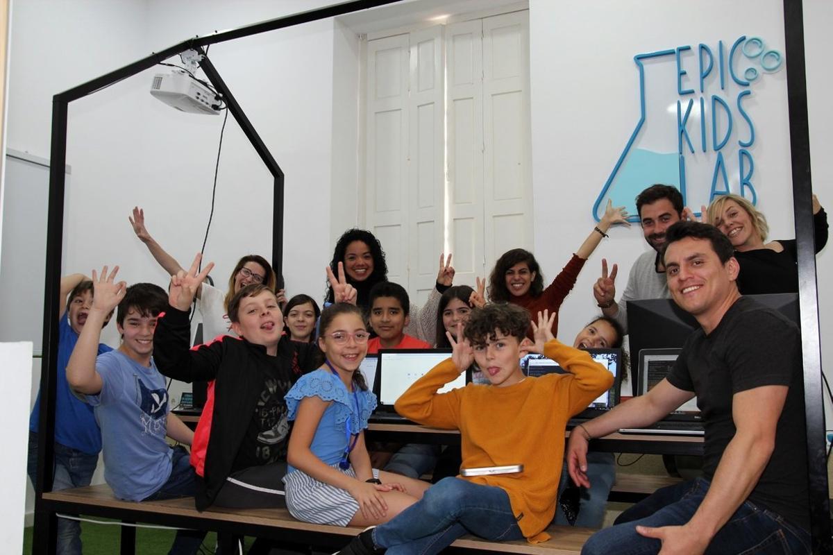 Imagen de un grupo de niños en Epic Kids Lab, hub de formación.
