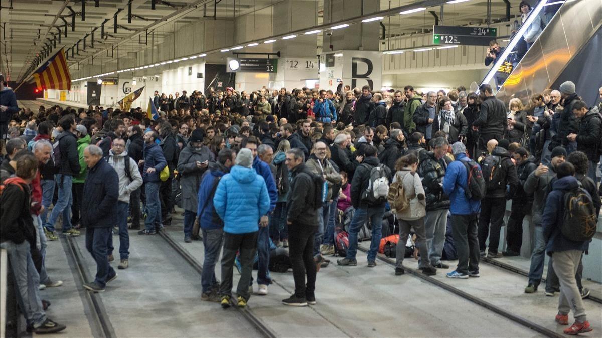 Los manifestantes han accedido a las vías del AVE en Girona, a pesar de los intentos de la policía por impedirlo.