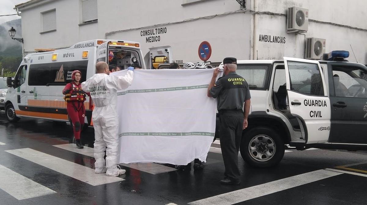 Efectivos de Bomberos, Guardia Civil, Protección Civil y personal sanitario, junto al centro médico de Jerte.