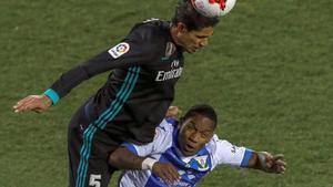 Beauvue, en sus tiempos en el Leganés, disputa el balón con Varane en un partido de Copa del 2018.