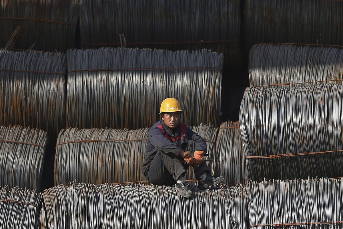 Un trabajador descansa en una fábrica de acero en Shenyang.