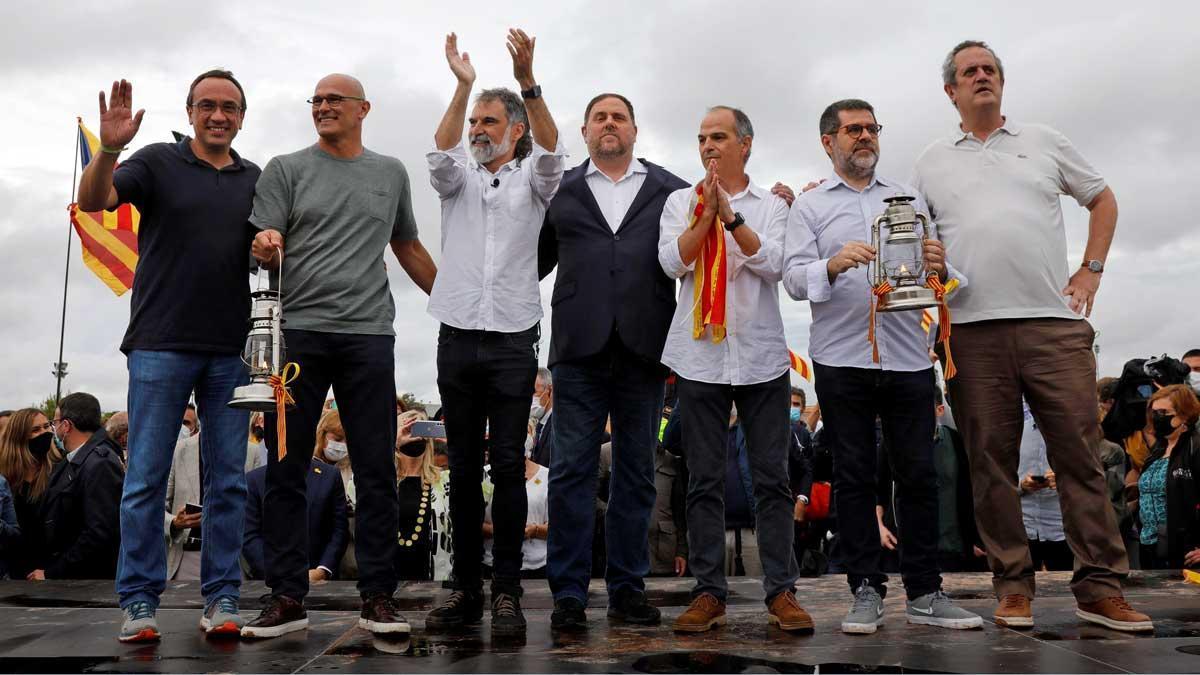 Los presos independentistas, tras abandonar la cárcel de Lledoners.