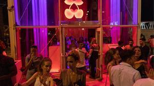 Clientes de una discoteca del paseo Marítim de Barcelona abandonan el local minutos antes del cierre por las restricciones del ocio nocturno.