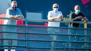 Koeman observa el partido de entrenamiento del Barça B junto a Schreuder y Larsson, sus ayudantes.