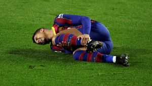 Araujo se lamenta tras la lesión que sufrió en el tobillo izquierdo en Sevilla.