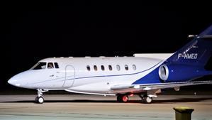 El líder del Frente Polisario, Brahim Ghali, abandona España desde el aeropuerto de Pamplona en un avión Hawker Beechcraft 1000, en la madrugada de este 2 de junio de 2021.