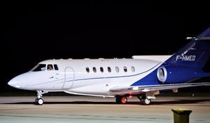 Brahim Ghali abandona España tras eludir la prisión. En la foto, la aeronave Hawker Beechcraft 1000 con la que el líder del Frente Polisario salió del aeropuerto de Pamplona rumbo a Argelia, en la madrugada de este 2 de junio de 2021.