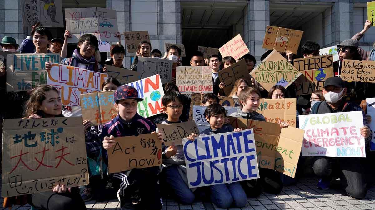 Jóvenes se manifiestan en Tokio para exigir medidas contra el cambio climático.