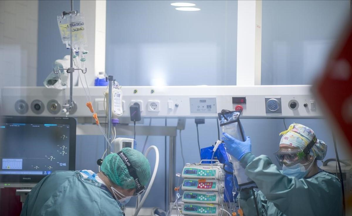 Personal sanitario trabaja con pacientes con coronavirus en la UCI del Hospital del Mar.