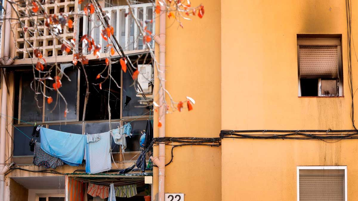Un muerto y 18 heridos en el incendio de un bloque en Olesa de Montserrat.