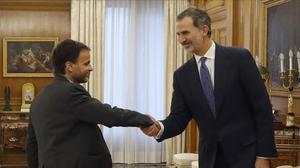 El presidente del grupo parlamentario Unidas Podemos, Jaume Asens, y el rey Felipe VI