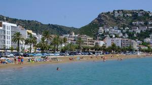 La playa de Roses, este sábado, con menos bañistas de los que son habituales por estas fechas.