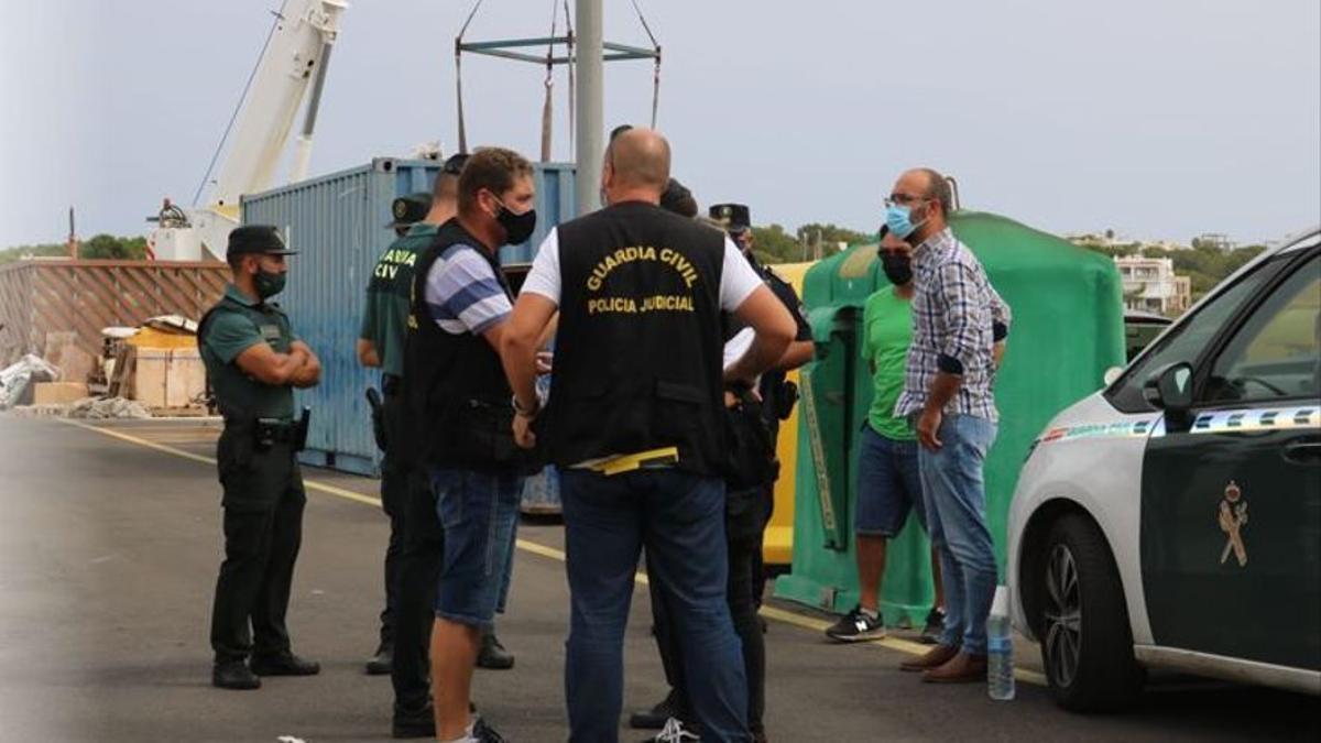 Dispositivo policial en el puerto de Portocolom tras hallar dos cadáveres de dos hombres en un acantilado cerca de Portocolom