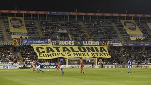 Las pancartas exhibidas en el Camp d'Esports de Lleida.